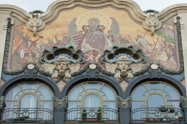 Μια πρόσοψη Art Nouveau πρώην τράπεζας, τώρα με διαμερίσματα, στην παλιά πόλη της Βουδαπέστης