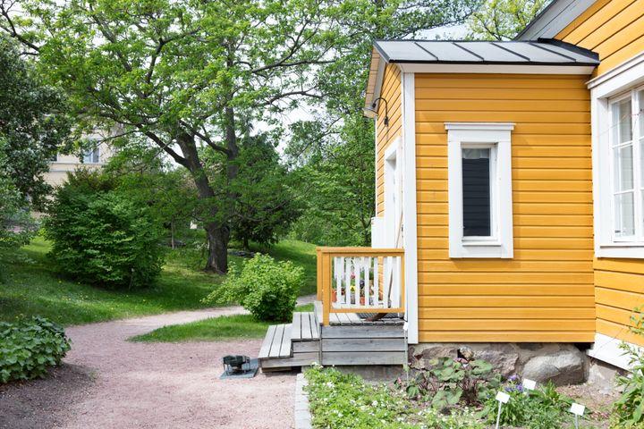 Παραδοσιακό ξύλινο σπίτι στο βοτανικό κήπο του Ελσίνκι