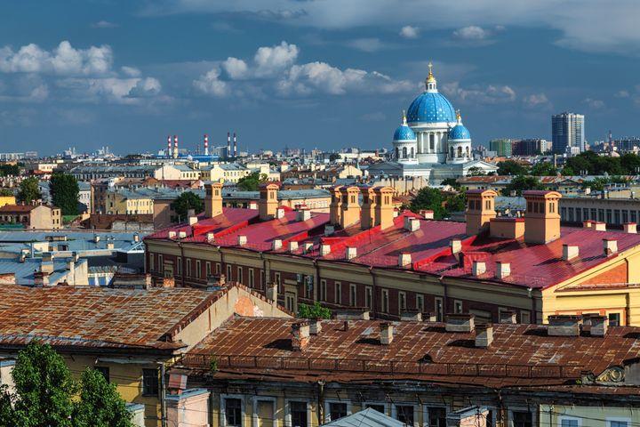 Ορίζοντας της ηλιόλουστης Αγίας Πετρούπολης με τον καθεδρικό ναό Troitsky στο βάθος