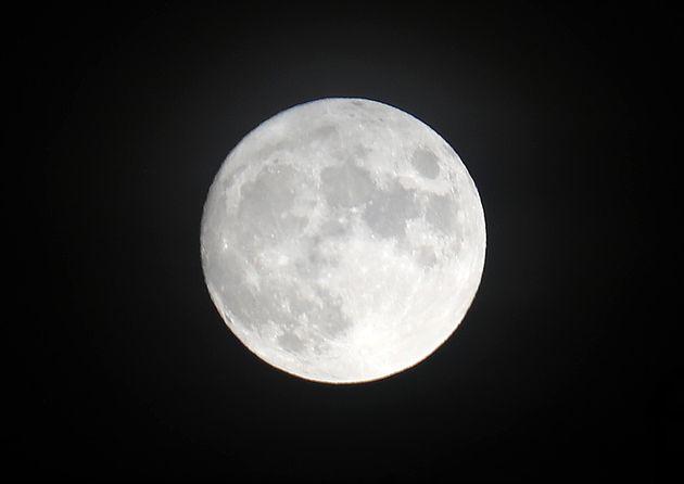 추석 하루 전인 20일 오후 서울시내에 보름달이