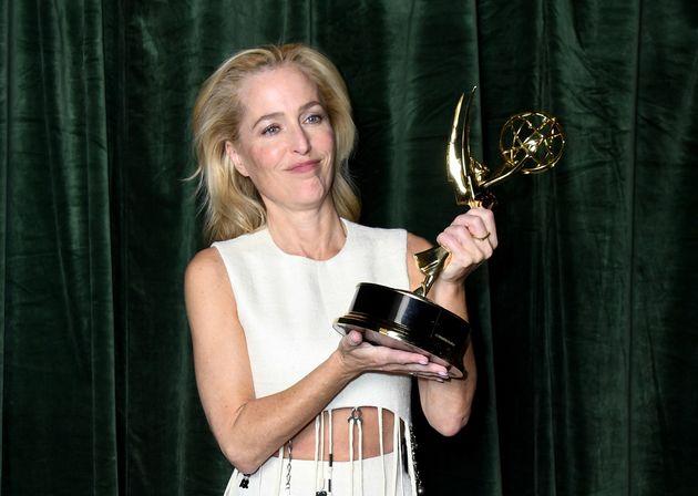 Gillian Anderson con su Emmy a mejor actriz de reparto en drama en 'The
