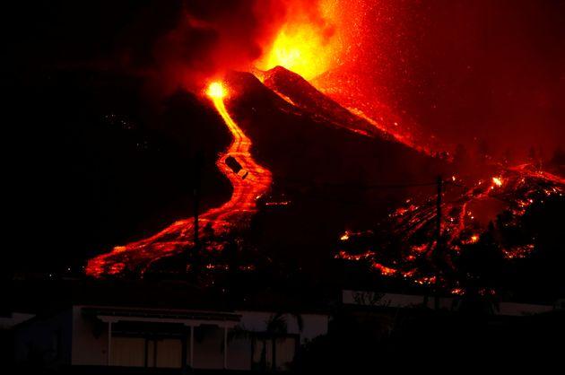 Las coladas de lava descienden hacia el mar tras erupción del volcán en La