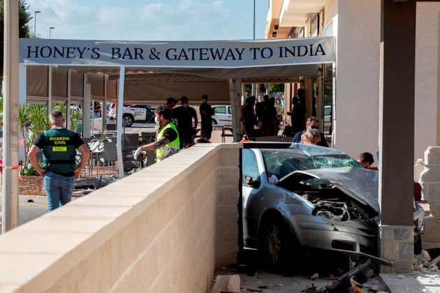 Zwei Männer sind gestorben und zwei weitere Menschen wurden durch das Betreten eines Autos leicht verletzt ...