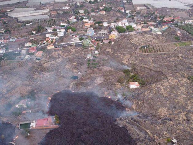 La colada de lava, aproximándose al núcleo urbano de Todoque, la última población antes de su llegada...