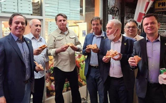 Bolsonaro non ha il Green Pass: costretto a mangiare la pizza in strada a New