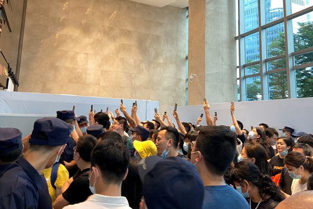 Des citoyens chinois exigent le remboursement de leurs prêts ou produits financiers devant le siège...