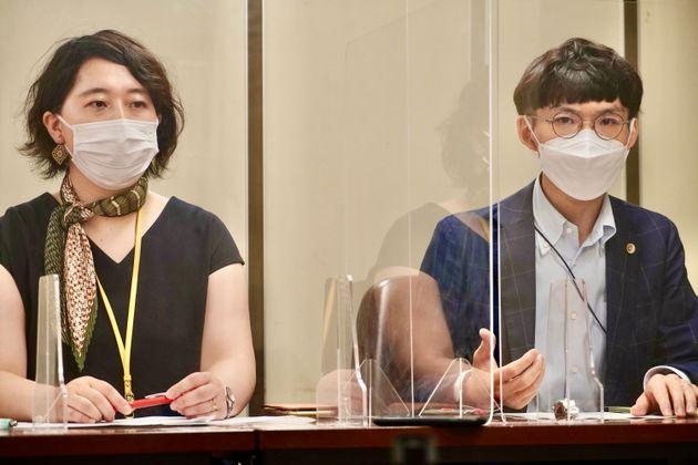 西山温子弁護士(左)と中島広勝弁護士