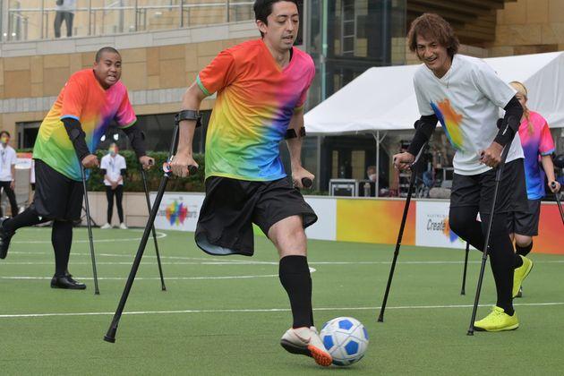 切断障がいを持つ人がプレーできるよう考案されたアンプティサッカーを体験する様子