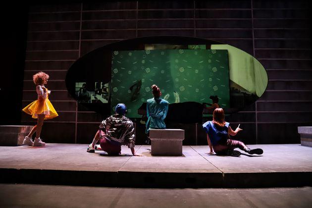 «Ο Ρινόκερος» του Ιονέσκο με τον Άρη Σερβετάλη επιστρέφει στο θέατρο