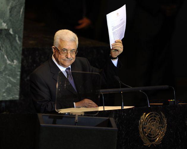 El presidente palestino Mahmoud Abbas, con la copia de la carta dirigida a la ONU pidiendo el reconocimiento...