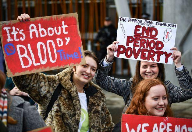 「生理の貧困」対策を求めるスコットランデモの参加者ら