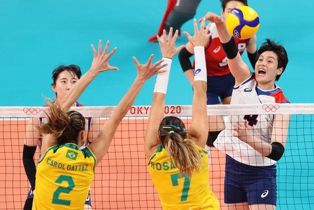 '2020 도쿄올림픽' 여자 배구 준결승 대한민국과 브라질의 경기에서 스파이크를 날리는 김희진 선수.