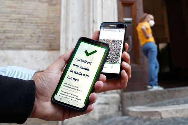 Control of the green pass for teachers and parents (not for students), with a mobile phone app at Visconti...