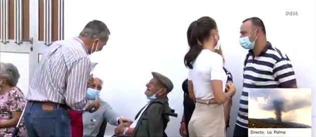 El momento en el Felipe VI charla con uno de los evacuados por la erupción en La