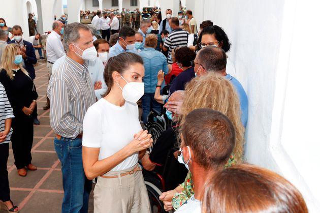 Los Reyes Felipe y Letizia han visitado este jueves el acuartelamiento de El Fuerte, en el que están...