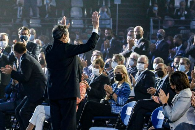 Il presidente del consiglio Mario Draghi saluta i presenti, a seguito di un lungo applauso a lui rivolto...