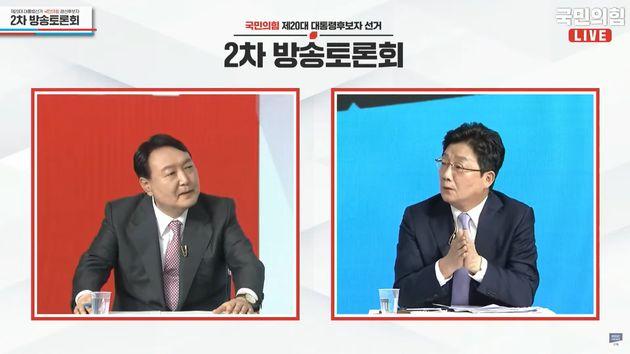 국민의힘 대선 후보들의 두 번째 토론회에서 윤석열 후보와 유승민