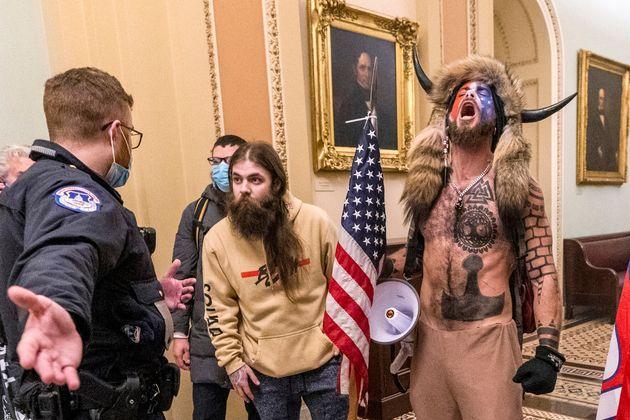 Varios de los asaltantes del Capitolio, el 6 de enero de 2021, interpelados por un