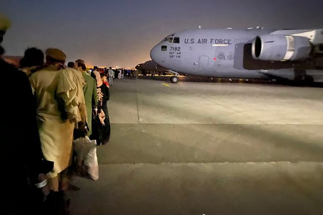 Des Afghans font la queue et montent à bord d