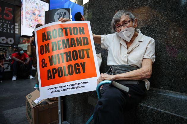 Ηλικιωμένη διαδηλώνει στη Νέα Υόρκη κατά του νόμου του Τέξας για τις αμβλώσεις.