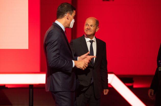 El presidente español, Pedro Sánchez, y el candidato del SPD a la cancillería alemana,...