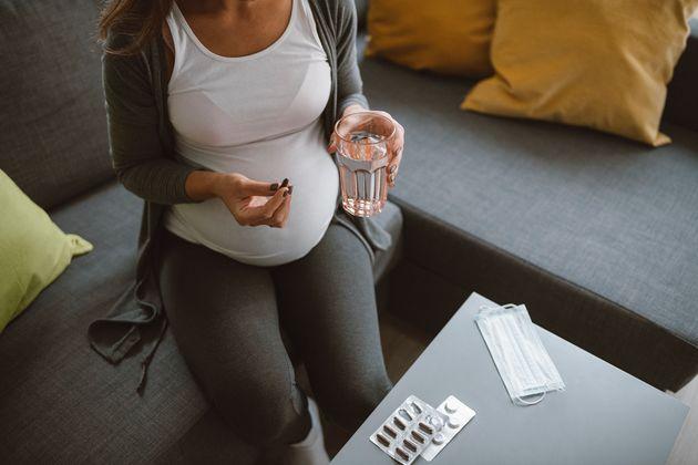 Imagen de archivo de una embarazada tomando un