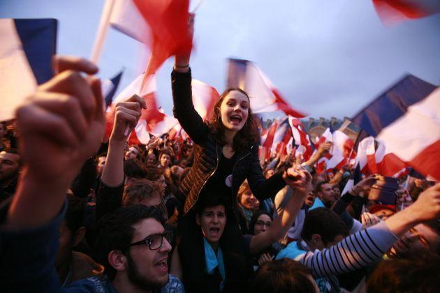 Los partidarios celebran la victoria de Emmanuel Macron en las elecciones presidenciales ...