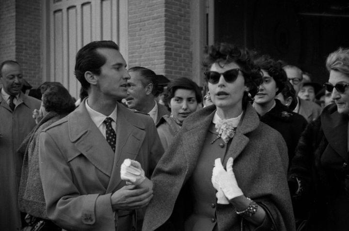 <em>Luis Miguel Dominguín con Ava Gardner y su hermana Bappie al salir de los toros en la plaza de las Ventas. 1 de Mayo, 1954. Fondo fotográfico Martín Santos Yubero. Archivo Regional de la Comunidad de Madrid.</em>