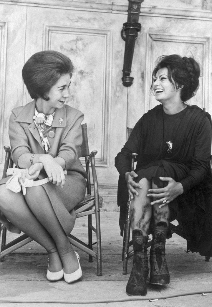 La reina Sofía y Sophia Loren en el set de rodaje de 'La caída del Imperio Romano' en 1963.