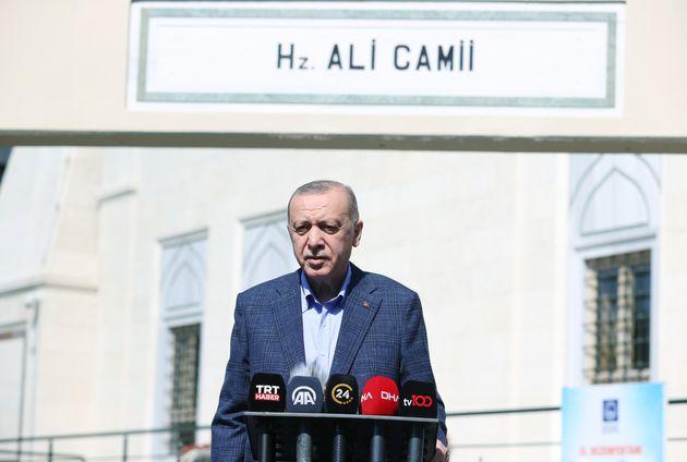 Ο Τούρκος Πρόεδρος Ρετζέπ Ταγίπ Ερντογάν μιλά σε εκπροσώπους του Τύπου μετά την προσευχή της Παρασκευής στο Hz. Τζαμί Ali στην περιοχή Uskudar της Κωνσταντινούπολης, Τουρκία στις 24 Σεπτεμβρίου 2021. (Φωτογραφία από Murat Kula/Anadolu Agency μέσω Getty Images)