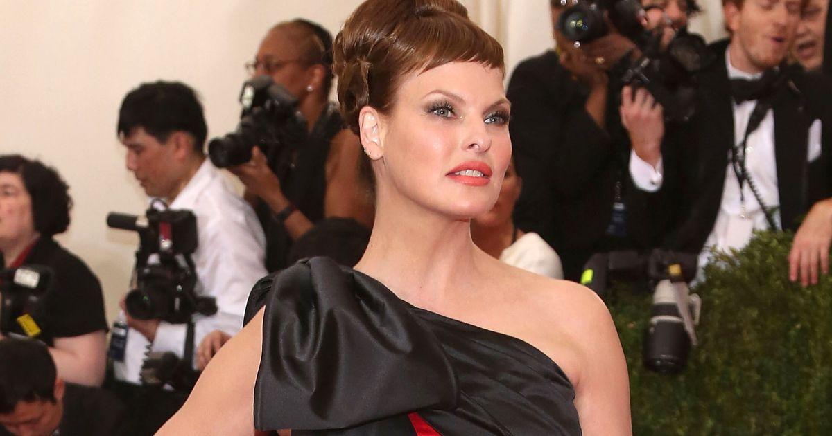 Défigurée par une opération esthétique, Linda Evangelista réclame 50 millions de dollars