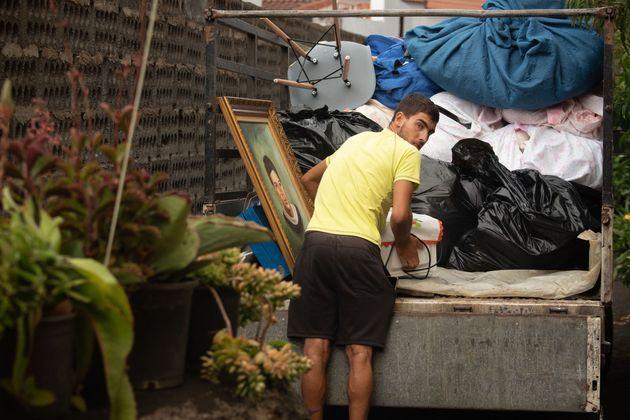 Un vecino carga su camión con lo que puede para dejar atrás su casa ante la amenaza del