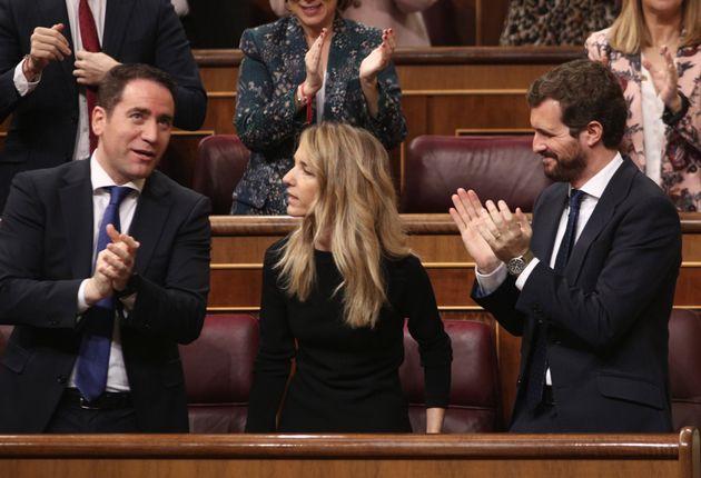Cayetana Álvarez de Toledo, aplaudida por Pablo Casado (derecha) y Teodoro García Egea