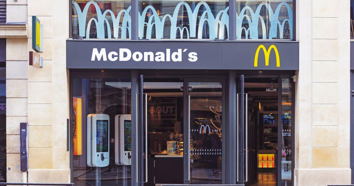 """Soupçonné d'arnaquer ses clients avec le prix de son """"Eau by McDo"""", le géant du fast-food se défend"""