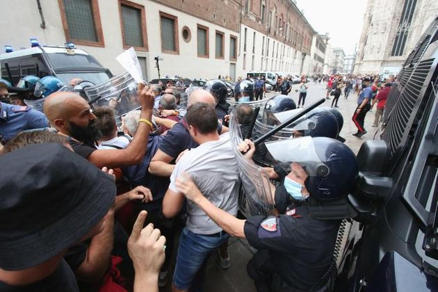 Scontri con le forze dell'ordine durante la manifestazione dei no vax in piazza Duomo, Milano, 25 settembre...