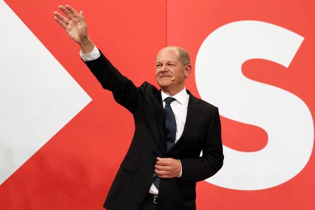 Olaf Scholz, actual vicecanciller alemán y candidato del SPD, anoche festejando sus resultados...