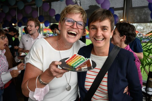 スイスの首都ベルンで開かれたイベントで、ウエディングケーキのスライスを手にするカップル(2021年9月26日)