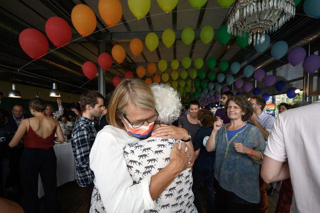 国民投票の後、抱き合うカップル(2021年9月26日)