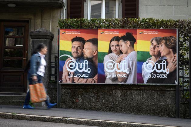 同性婚法制化の国民投票で、賛成を呼びかけるポスター(2021年9月22日)