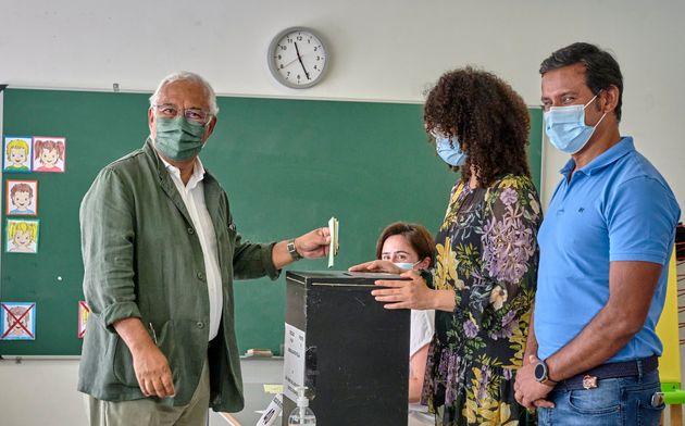Antonio Costa, votando ayer en su colegio electoral de
