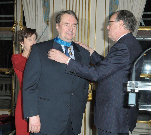 François Florent recevant la décoration de Chevalier de la Légion d'honneur des...
