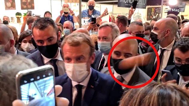 Captura del momento en que Macron recibe el