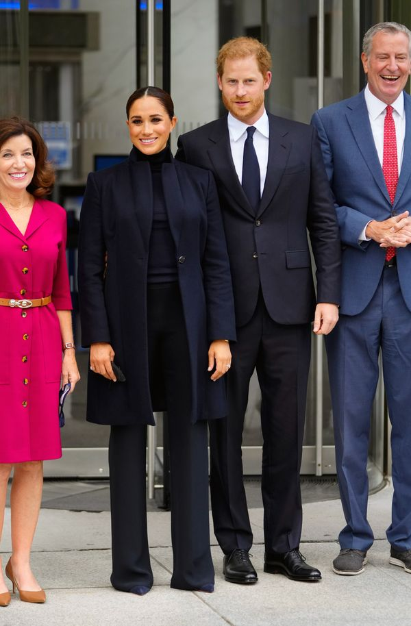 Harry and Meghan pose with Mayor Bill de Blasio and New York Gov. Kathy Hochul.