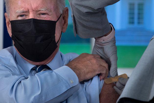 Momento de la vacuna a Joe