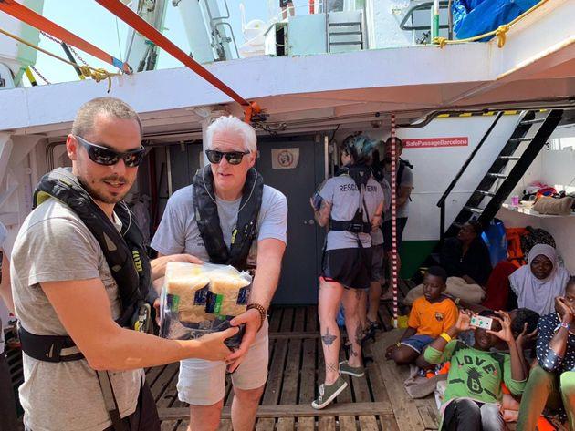 Richard Gere lleva alimentos al barco de Proactiva Open