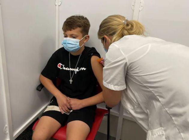 백신을 맞는 중인 개빈