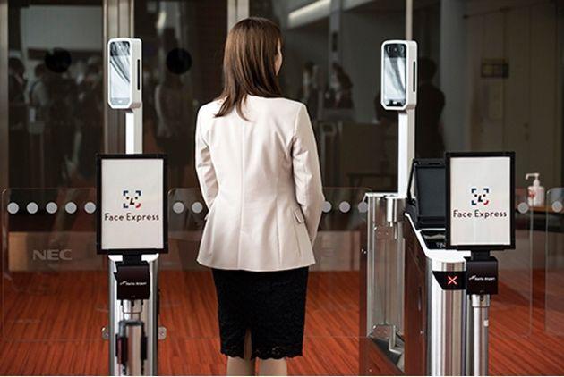 搭乗者は、セルフチェックイン機でパスポートと搭乗券をスキャン。顔写真を登録し、パスポートと搭乗券に見立てる。そうすることで顔認証のみで、手荷物預けや保安検査場入口、搭乗ゲートを通過することができる。