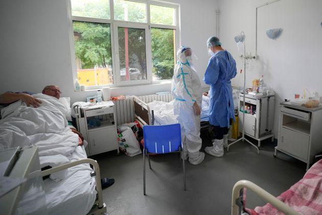 Η άλλη Ευρώπη, όπου τα ποσοστά εμβολιασμού είναι τραγικά χαμηλά και οι ΜΕΘ