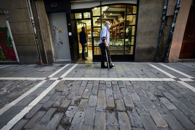Un hombre pasea frente a un bar en
