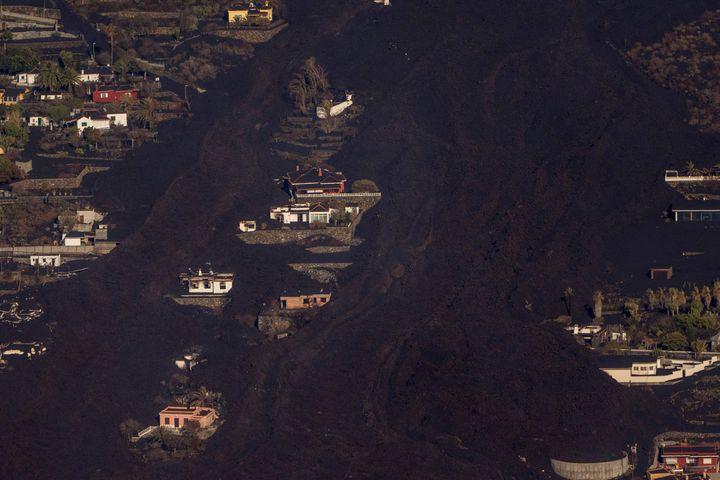 Las coladas de lava sepultan varias casas en la isla de La Palma